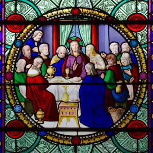Vitrail représentant L'institution de l'Eucharistie, la Cène, dans l'église Saint-Sulpice à Breteuil-sur-Iton