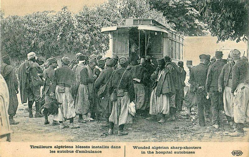 Français : Carte postale ancienne éditée par ELD : Tirailleurs algériens blessés installés dans les autobus d'ambulance Date entre 1914 et 1918 Source Collection personnelle Auteur Scanné par Claude_villetaneuse